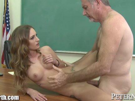 Школьница пытается трахают ее старый учитель