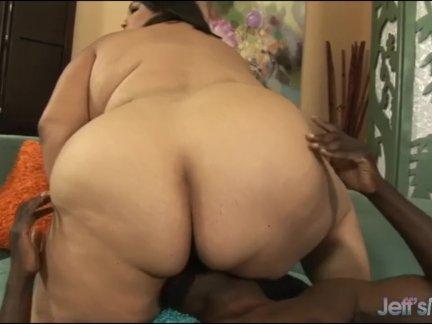 Чувак в раздевалке на видео имеет трех дамочек