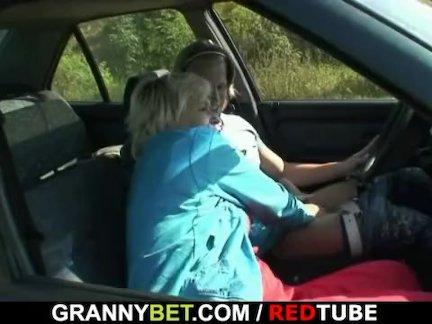 Старая сучка трах в машине незнакомец