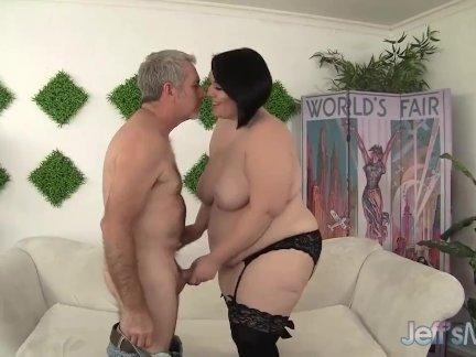 Блондинка с пирсингом на сиськах занимается групповым сексом с двойным проникновением