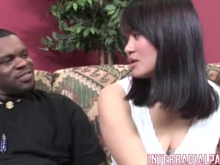 Сисястая Анджела Уайт освоившись в чужом доме склоняет мужчину к наглой измене жене