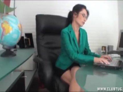 Мамаша мастурбирует в офис