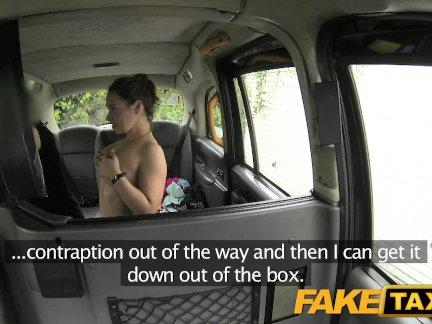 Поддельные такси леди сосет член для езды на такси