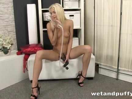 Стройная блондинка девушка бурение ее киска