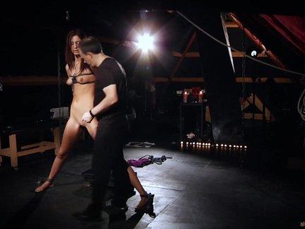 Высокий раб связали острый мастурбировал на полу