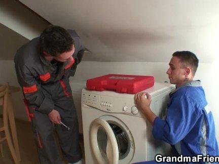 Пожилые женщины радует двух ремонтников