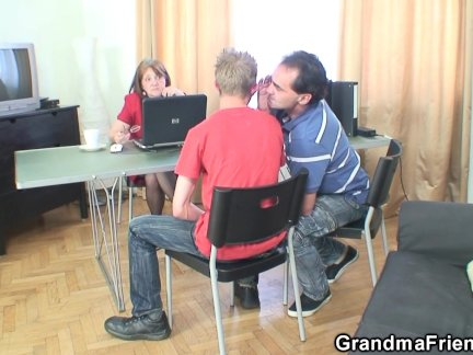 Бабушка и мальчики подросток втроем в офисе