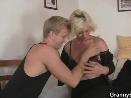 Красивая блондинка - по собачьи