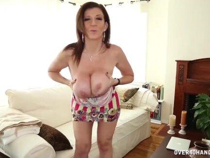 Грудастая зрелая женщина мастурбирует