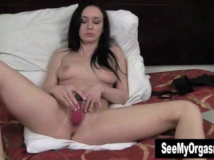 Соблазнительный плющ трахают фаллоимитатор для оргазма