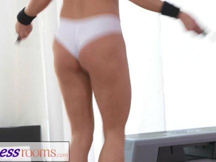 Фитнессрумс двумя лесбиянка спортзал приятелей имея потный тренировки