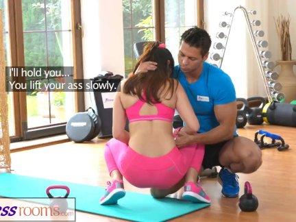 Фитнессрумс тренажерный зал инструктор тянет вниз ее йога штаны для секса