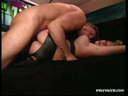 грудастая блондинка Люси - анальный секс в Кадиллаке
