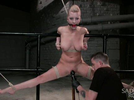 Горячая блондинка боль шлюха страдает через изнурительные рабство подвески.