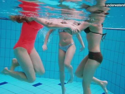Девушки весело провести время в воде