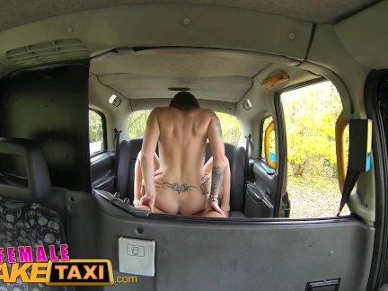 Женский поддельные такси сексуальный возбуждённый зататуировала водитель пользуется липкий отсасывает
