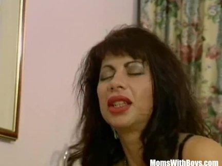 Мамаша брюнетка с массивными сиськами трахал в сексуальное женское белье
