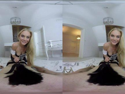 Реалжамвр-очаровательны блондинка показывает, как сделать уборку