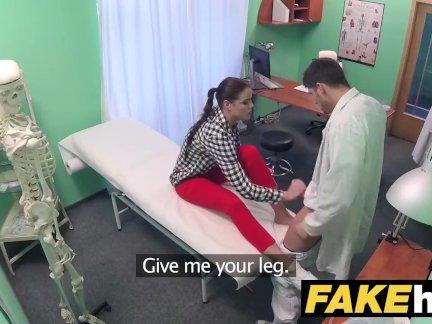 Поддельные больницы доктор предписывает липкий лицевой, чтобы помочь исцелить сексуальная брюнетка