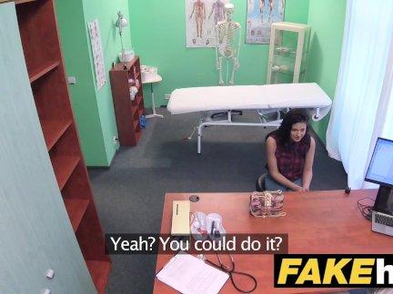 Поддельные больница застенчивая брюнетка имеет взрывной оргазмы, когда трахать ее врача