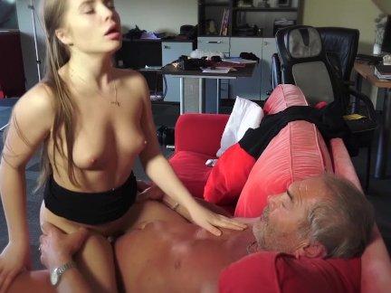 Старый молодой порно маленькая девочка трах по лысый дедушка в ее мокрая идеальный киска