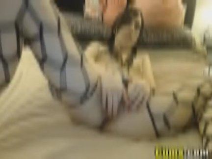 Сексуальный горячая подросток играет ее киска на камера
