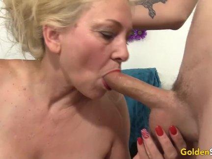 Негритянка показывает голую жопу парню перед горячим сексом