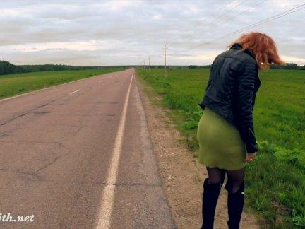Джени Смит общественной наготы на дороге