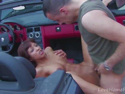 Пышные Брюнетка трахают жестоко в автомобиле