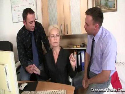 Бабушка глотает два членов на собеседование
