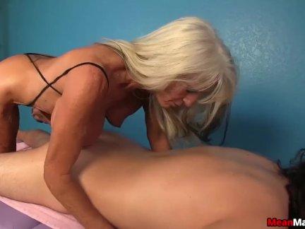 Опытный леди доминирует мастурбирует