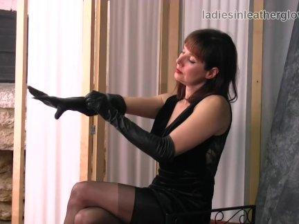 Шикарный брюнетка мамаша в нейлон пользуется в чувство из ее мягкие кожа перчатки