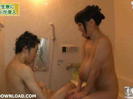 Грудастая азии играть в душ с гигантские сиськи
