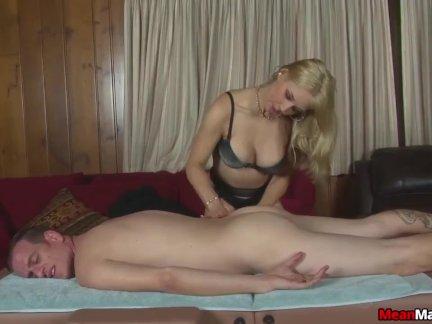 Сексуальная блондинка массажистка