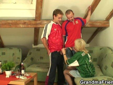 Тощий блондинка бабушка радует двух мужчин