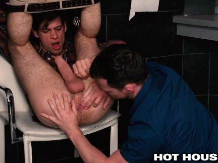 Майкл Делрей и Куртис Вульф Оба в общественной ванной комнате