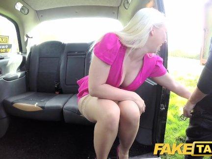 Поддельные Такси Горячая ТВ личность принимает его трудно в Лондоне такси