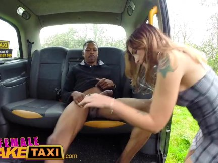 женский поддельный такси Большой черный член тянется сексуальный тонкий водителей жесткие отверстия