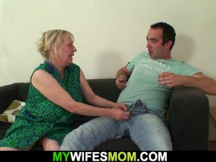 Грудастая мать-в-закон наездница на его член