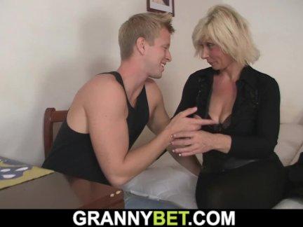 Он собачка-трахается блондинка старая женщина