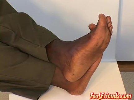 Мышечный Эбони ломоть Динамит демонстрирует свои мышцы и ноги
