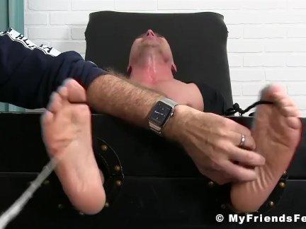 Лысый красавчик пользуется это ноги и тело щекотка по старший чувак