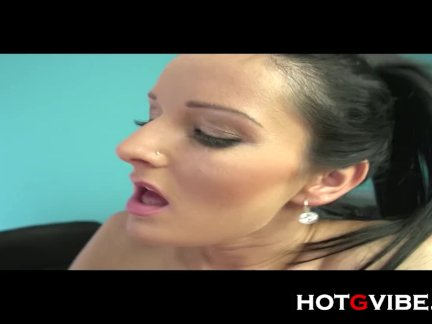 Секретарь мастурбирует на работе
