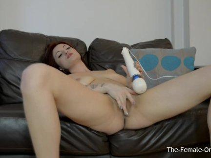 Сексуальная татуированная детка вибратор ее клитор с волшебной палочкой