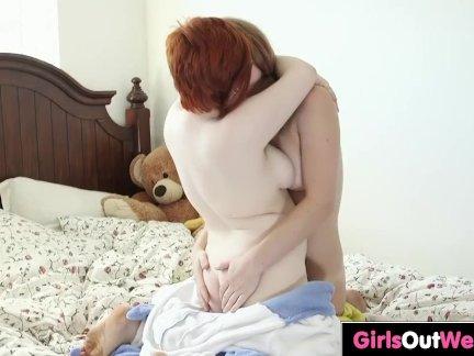 Милые австралийские лесбиянки лизать жопы на кровати