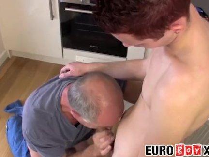 Евро миг и старый парень задницу трахают трудно