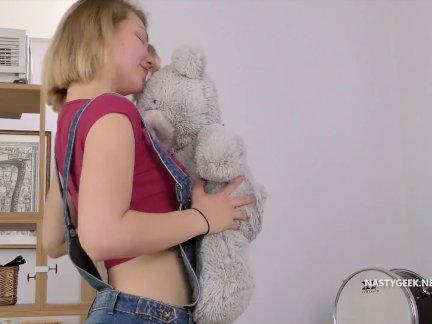 Дома один противно подросток ебёт ее плюшевый медведь