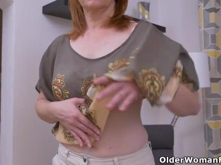 Евро мамаша элизабет полоски от и трется ее бритая пизда