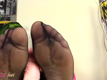 Блондинка транссексуал делает футфетиш с ее ноги в черный колготки