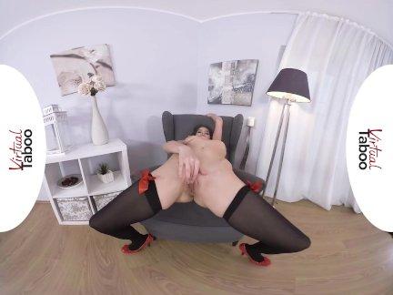 Виртуальный табу-прекрасная брюнетка мастурбирует до оргазма